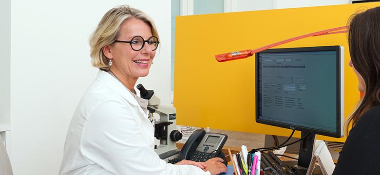 Dr. Katharina Schuchter, med4women, mit Patientin